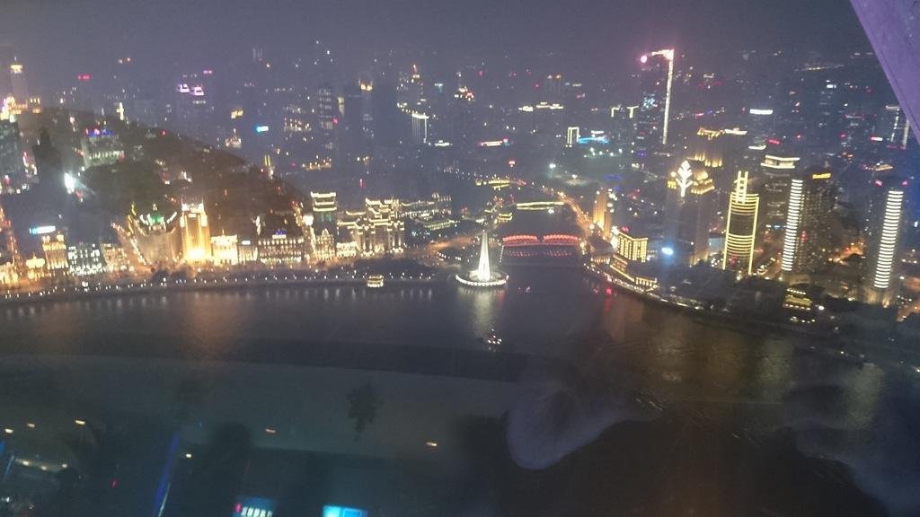 Iltanäkymä Oriental Pearl Towerin tasanteelta.