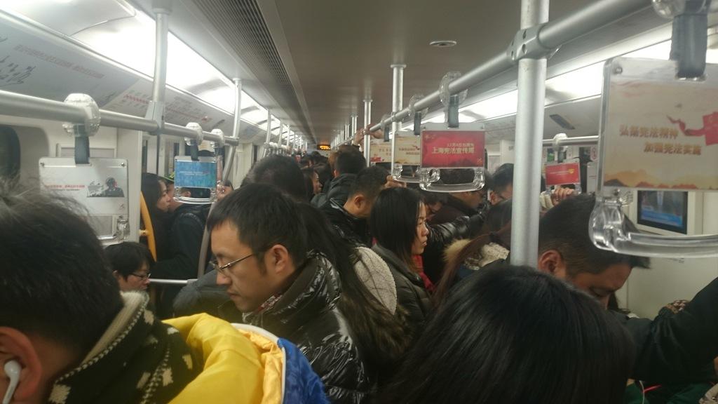 Metrovaunussa perjantai-iltapäivänä.